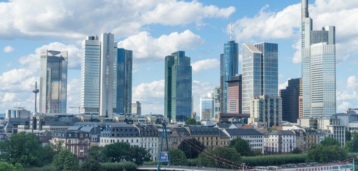 Skyline von Frankfurt zeigt deutsche Banken