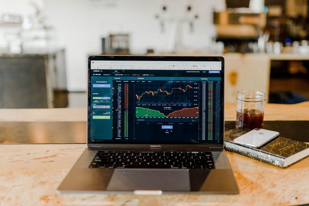 Börsenübersicht Sympol Laptop mit Krypto Börse aufgeschaltet
