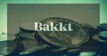 schriftzug bakkt in front von bitcoins