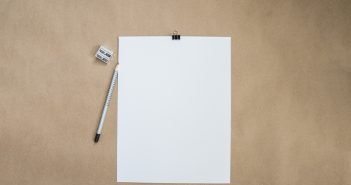 leeres Notizblatt mit Bleistift und Spitzer