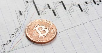 WisdomTree ETP Einfühung Bitcoin auf Chartpapier liegend